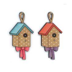 Botones decorativos de madera con forma de casa de pájaros con un lazo.  Medida: 5.4 x 2.8 cm.