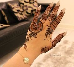Tikki Style Mehndi Design is most famous in teenagers as well as in kids. In every event mehndi is the first priority for every kid and girl. Finger Henna Designs, Mehndi Designs Feet, Mehndi Designs 2018, Modern Mehndi Designs, Mehndi Designs For Girls, Mehndi Designs For Beginners, Mehndi Design Photos, Beautiful Henna Designs, Henna Tattoo Designs