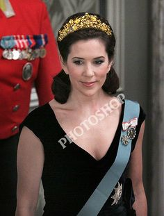 Princess Mary Photos Photos - Crown Prince Frederik and Crown Princess Mary of Denmark attend a gala dinner at the Christiansborg Palace . Royal Tiaras, Royal Jewels, Tiaras And Crowns, Royal Crowns, Crown Jewels, Denmark Royal Family, Danish Royal Family, Crown Princess Mary, Mary Donaldson