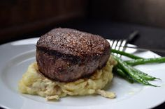 I have an idea. How about instead of going out to dinner for this Valentine's Day, you stay home and make a super fast, super simple steak. Kos, Perfect Filet Mignon, Beef Recipes, Cooking Recipes, Cooking Tips, Beef Fillet, Perfect Steak, How To Cook Potatoes, How To Cook Sausage