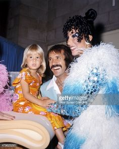 479625293-american-pop-singing-duo-sonny-cher-with-gettyimages.jpg (475×594)