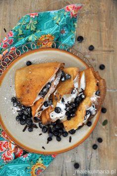 Naleśniki z jagodami, ricottą i czekoladą. Crepes with blueberries, ricotta and chocolate.