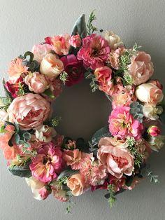 Love the soft colors of this shabby wreath. Wreath Crafts, Diy Wreath, Christmas Colors, Christmas Wreaths, Vintage Flower Arrangements, Magnolia Wreath, Christmas Coloring Pages, Summer Wreath, How To Make Wreaths