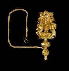 cabeza de oro etrusca de un alfiler con leones, abejas, mayúscula, y el follaje. C.550BC.