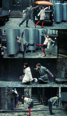 この映画の音楽も、ミッシェル・ルグランが手がけています。ステンカラーのコートに真っ赤なタイツが映えますね。