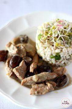 Polędwiczki w sosie grzybowym i sałatką z kaszy pęczak. Przepyszne danie, zarówno na codzienny obiad jak i na bardziej uroczyste spotkanie z rodzinką. Chana Masala, Risotto, Grains, Rice, Ethnic Recipes, Impreza, Food, Essen, Meals