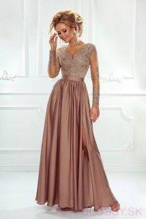 c2cf2477aa1f Dlhé večerné šaty s dlhým tylovým rukávom ozdobeným čipkou. Saténová sukňa  je na jednej strane