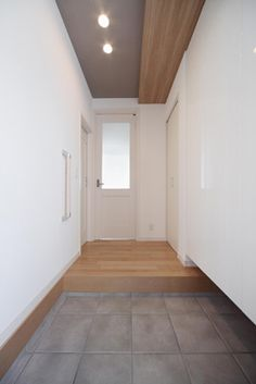 白を基調とすることで玄関ホールが明るい空間に House Entrance, Outdoor Life, Interior Inspiration, My House, Tile Floor, Kitchen Design, Sweet Home, Entryway, House Design