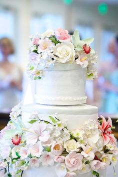 White wedding cake with flowers, Flora Nova Design, Lynette Huffman Johnson Photography, SWAE Photography, Woodmark Hotel & Still Spa, Planning & Coordination by Pink Blossom Events, Seattle Wedding Planner, Seattle Wedding Coordinator #pinkweddingcakes
