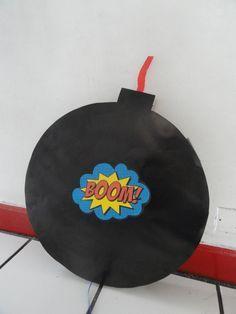 fiesta superheroe  piñata bomba!!!