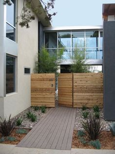 Out of all the cedar fence gate designs out there, this gorgeous, rustic wooden fence is the perfect touch as an entranceway to the garden! Fence gate ideas and design. Modern Front Yard, Small Front Yard Landscaping, Front Yard Design, Front Yard Fence, Modern Fence, Modern Landscaping, Landscaping Ideas, Fence Gate, Fence Panels