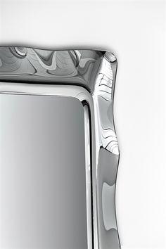 FIAM design spiegel ontworpen door Massimo Losa Ghini. Het glas van deze spiegel is met hoog temperatuur gesmolten en is aan de achterzijde verzilverd. Het vlakke gedeelte heeft een dikte van 5mm. De wand spiegel kan naast horizontaal, ook verticaal opgehangen worden.