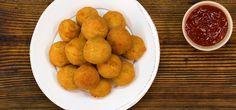 Die Kartoffel-Käse-Bällchen mit Cheddar und frischen Kräutern sind außen knusprig und innen schön weich. Wie sie gelingen, zeigt unsere Video-Anleitung.