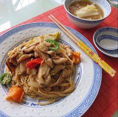 Chicken lo-mein. 오늘저녁도 치킨 가슴살을 이용한 치킨 로매인 이란 중식입니다. 보통 야채가 기본에 새우, 치킨 또는 쇠고기로 만듬. 요리법- 삶은 로매인 국수나 스파게티국수 준비. 치킨을 잘게썰어 간장, 미림, 설탕, 후추, 마늘가루 와 생강가루로 버무려 뜨거운 후라이팬에 기름을 넉넉히 두르고볶다가 거의 다 익으면 배추, 양파,파, 고추는 기호에맛는야채를첨가해 볶다 간장양념(간장, 미림, 후추, 마늘, 생강가루, 참기름약간, 물 조금)을 넣어 재빨리 볶아줍니다. 끝 배추국은 육수에 된장을조금풀어 배추속과 마늘, 파를넣고 끓여줌.
