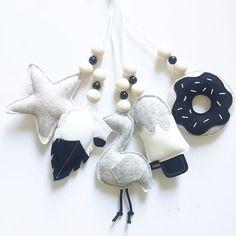 Ben jij op zoek naar een unieke muziekmobiel voor boven de box of bedje? Bij ons kun je een muziekmobiel helemaal naar eigen smaak samenstellen! . . . #muziekmobiel #babyboy #babygirl #babykamer #babyroom #livingroom #woonkamer #box #bedje #custommade #ster #star#veer #feather #flamingo #ijsje #icecream #donut #monochrome #wolvilt #woolfelt #handmade #handgemaakt #webshop #ukkepuq