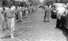 07-09-1951 - Pelotão de Ciclistas em destile de Sete de Setembro, na rua 12 de Outubro, no bairro da Lapa. A esquerda em primeiro plano Luiz Carlos Correa, meu pai, um dos ciclistas.