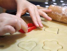 הילדה רוצה להכין עוגיות, אז עוגיות חמאה נראות הכי יאמי וקל...יאללה מחר! #Butter cookies