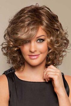Tante nuove idee per poter sfoggiare i tagli di capelli ricci più in vista di questa stagione, preparandosi a una super estate!