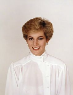 Update: Princess Diana photocall by Terence Daniel Donovan. Princess Diana was a wonderful letter writer and fond of sending holidays cards and gifts with brief notes to staff members and friends. Princess Diana Hair, Princess Diana Images, Princess Of Wales, Princess Charlotte, Princess Videos, Real Princess, Diana Fashion, Elisabeth Ii, Princes Diana