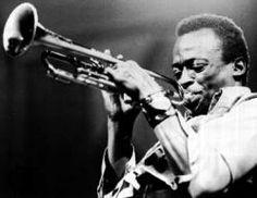 Miles Davis, Alton, 1926 - Santa Mónica, 1991) Músico y compositor de jazz norteamericano. Excelente trompetista, supo estar siempre en la vanguardia del jazz, siendo pionero en diversos estilos: en la década de 1940 se sumergió en el be-bop.