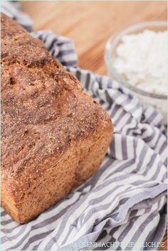 Superleckeres Vollkornbrot mit Roggen, Dinkel und Joghurt | Simple Whole Wheat Bread Recipe // http://www.backenmachtgluecklich.de