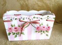 Sweet scalloped pink and white box with hp roses - cottage shabby Vintage Diy, Decoupage Vintage, Vintage Shabby Chic, Craft Tutorials, Diy Projects, Tole Painting Patterns, Tea Box, Pretty Box, Country Crafts