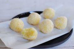 Καλοκαιρινά τρουφάκια καρύδας με 3 μόνο υλικά