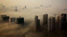 - Névoa encobre vários edifícios em Rizhao, na província de Shandong, na China. Foto: Stringer / Reuters