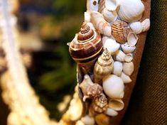 Quando as conchas grande tiverem colado, cubra os espaços vazios http://www.viladoartesao.com.br/blog/2011/09/como-decorar-uma-moldura-com-conchas-do-mar/