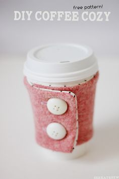 DIY coffee cozy pattern and tutorial (see kate sew) Sewing Hacks, Sewing Tutorials, Sewing Crafts, Sewing Projects, Diy Projects, Diy Becher, Coffee Cozy Pattern, Zipper Pouch Tutorial, Coffee Sleeve