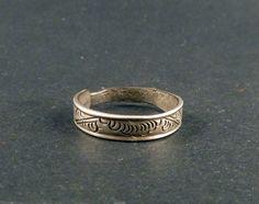 Antiguo anillo de plata manufacturado por la tribus que habitan el Triángulo de Oro, en la frontera entre Laos y el Sur de la China. Está grabado