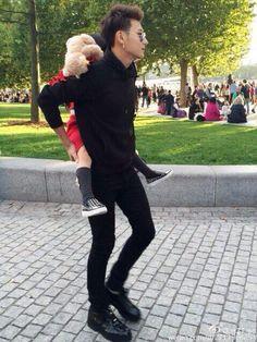 ^^ he's so cute with kids. Tao Exo, Chanyeol, 5 Years With Exo, Huang Zi Tao, Exo Korean, Kim Minseok, Kung Fu Panda, Rapper, Kris Wu