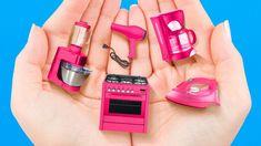 Sewing Barbie Clothes, Barbie Dolls Diy, Barbie Stuff, Diy Crafts For Girls, Diy Crafts Hacks, Accessoires Barbie, Diy Barbie Furniture, 5 Minute Crafts Videos, Miniature Crafts