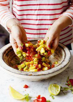 """Het nieuwe boek van Ella Mills (voorheen bekend als Ella Woodward) is uit:Elke Dag Deliciously Ella. We mogen een lekker recept uit dit boek delen: een heerlijke en snelle mango-avocado salsa. Ella: """"Als je indruk op iemand wilt maken, is deze salade perfect. Hij zit zo vol fantastische smaken dat elke maaltijd ervan tot leven …"""