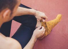 10 calcetines a topos amarillos