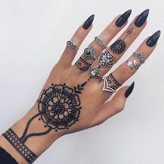 L O U B N A henna on hand