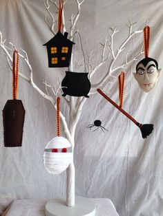Halloween Decorations Wool Felt Dracula Haunted by MichelleGood Halloween Bunting, Halloween Ornaments, Halloween Pumpkins, Halloween Decorations, Halloween Design, Halloween Kids, Halloween Crafts, Crafts To Do, Felt Crafts