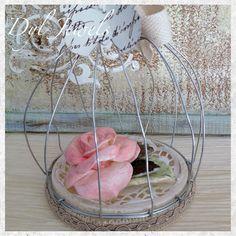 Gabbietta decorativa fai da te con rosa in pasta di mais, struttura in filo metallico e base coperchio di Youghurt