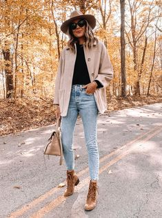 Outfits Otoño, Outfits With Hats, Jean Outfits, Hiking Boots Fashion, Hiking Boots Outfit, Brown Fall Boots, Brown Boots Outfit Winter, Stylish Winter Boots, Jeans Outfit For Work
