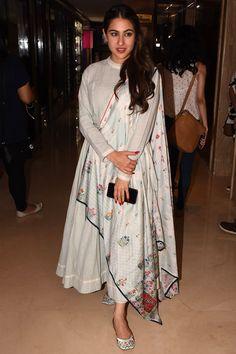 Mumbai Sara Ali Khan seen at Sun n Sand Juhu Gallery: Visit the post for more. Pakistani Dresses, Indian Dresses, Indian Outfits, Pakistani Suits, Indian Clothes, Indian Attire, Indian Wear, Mahira Khan Dresses, Kurta Designs Women