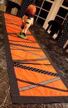 DIY Halloween : DIY Halloween Table Runner could do with any color combinations for any season Table Runner Tutorial, Table Runner Pattern, Table Runner And Placemats, Quilted Table Runners, Halloween Quilts, Halloween Crafts, Halloween Ribbon, Halloween Ideas, Halloween Sewing Projects