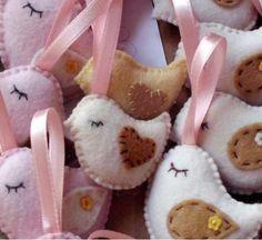 lembrancinha em feltro com essência  cheirinho de bebê  pedido minimo 10 unidades  as lembrancinhas vão embaladas em saquinho e fechadas com fitilho...