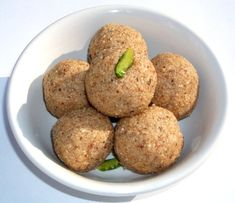 Badam Til Ladoo – Bombonele rapide cu Migdale si Susan Baked Potato, Indian, Baking, Ethnic Recipes, Food, Sweet Treats, Bread Making, Meal, Patisserie