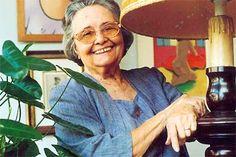 Rachel de Queiroz, professora, jornalista, romancista, cronista e teatróloga, nasceu em Fortaleza, CE, em 17 de novembro de 1910. Foi a primeira mulher a entrar para a Academia Brasileira de Letras. Eleita para a Cadeira n. 5 em 4 de agosto de 1977, em suas obras relatou os problemas do Nordeste, como a seca.