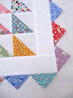 Incorporate triangles (prairie points) into the quilt binding border! Would be cute for a kid's quilt.I love the prairie points and pinwheels on this baby quilt.'Pinwheel Baby' Quilt by Jodi Nelson (Moda Bake Shop) using 'Happy-Go-Lucky' fabrics by M Colchas Quilting, Scrappy Quilts, Mini Quilts, Machine Quilting, Quilt Baby, Baby Quilt Patterns, Quilt Boarders, Quilt Blocks, Quilt Kits