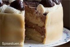 Desserten til familiens julefrokost i går :-) Skøn kage med masser af lækkerhed, hvis man – som mig – elsker skildpadderne fra Toms. Det er en kage, der er lavet lidt i etaper. Bundene …