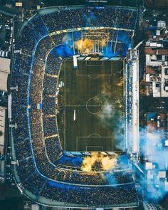 La Bombonera is the most famous soccer stadium in Argentina. Located in La Boca, it is home to Argentinian first division side Boca Junior. Soccer Stadium, Football Stadiums, Football Soccer, Soccer Skills, Soccer Games, Cr7 Messi, Neymar, Image Foot, Football Pitch