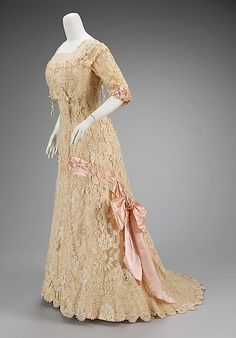 Cotton & silk afternoon dress, 1908-10. Irish crochet lace was very popular in the Belle Époque, not only for trim but also for full garments like this one, giving it wonderful texture.This dress employs both three-dimensional floral motifs and pendant flowers that move with the wearer.