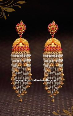 These high low jhumar earrings or gold chandelier jhumkas will add an extravagance to your ethnic or cocktail look. Gold Jhumka Earrings, Jewelry Design Earrings, Gold Earrings Designs, Gold Jewellery Design, Designer Earrings, Pearl Jewelry, Jewelery, Jewelry Necklaces, Gold Jewelry