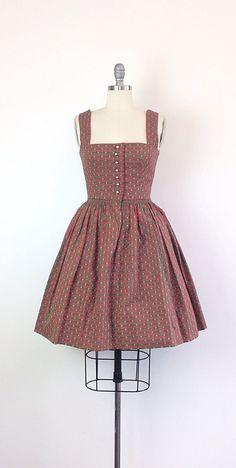 Klassieke Oostenrijkse dirndl! Deze schoonheid kan op de traditionele manier of om de dag met een chique blouse onder gedragen worden! Ingerichte bovenlijfje met een vierkante hals en zilveren knop aan de voorkant. Volledige geflakkerd rok. Awesome groen en rood geruit afdrukken. Volledig gevoerd.  | c o n d ik t ik o n |  groot: geen gebreken te merken  | m e een s u bent e m e n t s |  past de grootte van een moderne dag 4 buste - 34 inch taille - 24 inch heupen - volledige schouder…